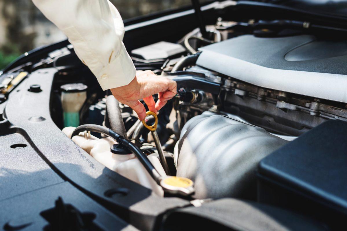 Prüfung des Ölstands im Motor